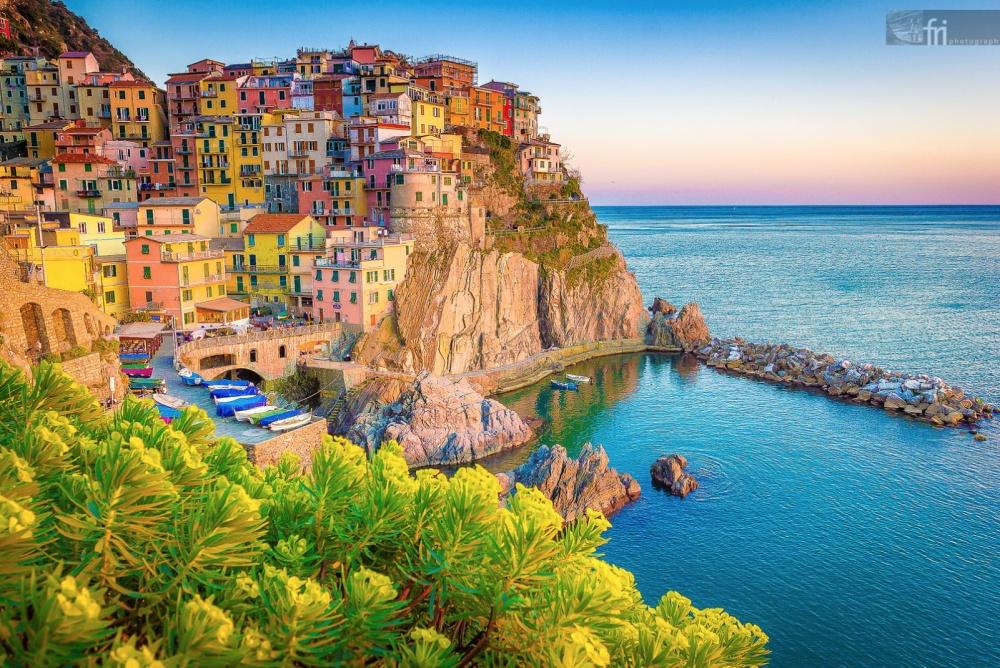 """Cinque Terre là một ngôi làng thần tiên nằm trên một """"tảng đá' khổng lồ ở Ý, với những ngôi nhà sơn màu rực rỡ nằm san sát nhau"""