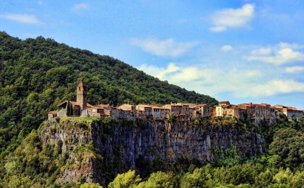 Nằm gọn trên một vách đá cheo leo, làng Castellfollit de la Roca ở Tây Ban Nha trông như một cảnh phim về thời trung cổ