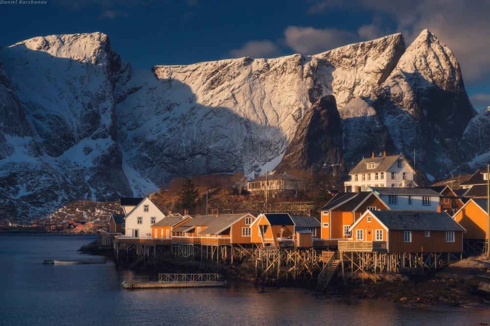 Ánh nắng chiều ngọt lịm nhuộm vàng ngôi làng Reine ở Na Uy