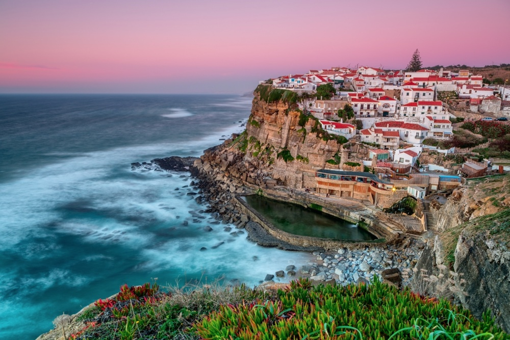 Đây là Sintra ở Bồ Đào Nha nằm trên một bờ đá hùng vĩ sát mép biển. Mỗi ngày các cư dân tại đây đều được thưởng thức tiên cảnh khi mặt trời lặn và mọc do thiên nhiên ban tặng