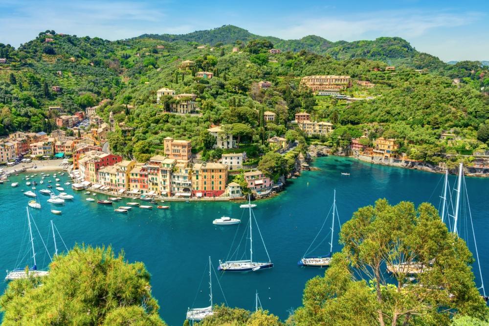 Những ngôi nhà trải dọc các triền đồi, uốn mình quanh mép nước của làng Portofino ở Ý có thể làm say lòng bất cứ du khách nào
