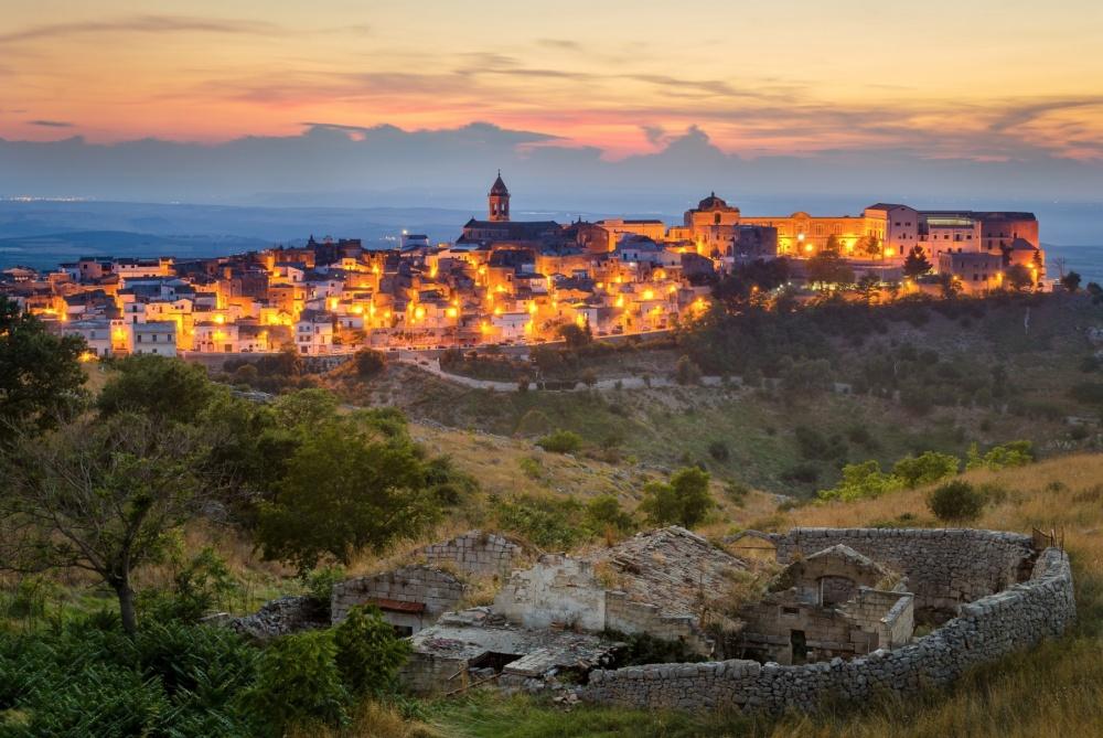 Ngôi làng tựa sơn vọng thủy Puglia ở Ý đẹp rực rỡ khi lên đèn