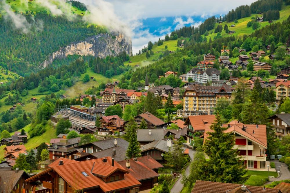 Làng Wengen ở Thụy Sĩ bồng bềnh trong những đám mây la đà và rừng thông xanh mướt