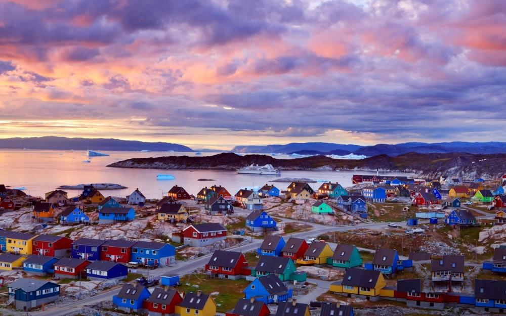 Làng Migdal ở đảo Greenland lại trông giống mô hình đồ chơi với những cụm nhà xanh-đỏ-tím-vàng...
