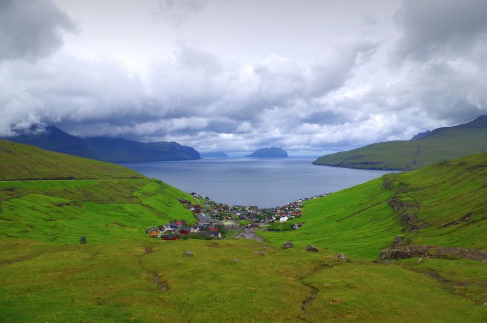 làng Kvivik trên Quần đảo Faroe là chốn ẩn náu lý tưởng cho những ai đang muốn chạy trốn hiện thực. Kvivik nằm gọn trong một thung lũng xanh rì, trước mặt là khung cảnh mây nước chư chốn bồng lai