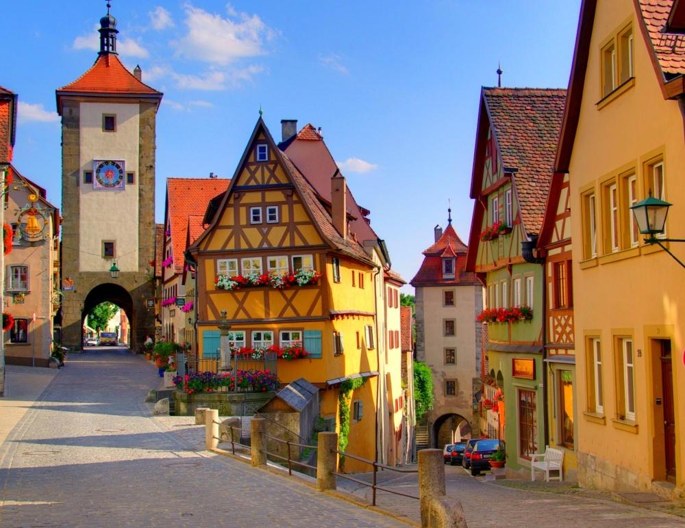 Làng Rothenburg ở Đức với những ngôi nhà có kiến trúc hệt như trong truyện cổ tích, điểm xuyết là những khóm hoa rực rỡ bên cửa sổ