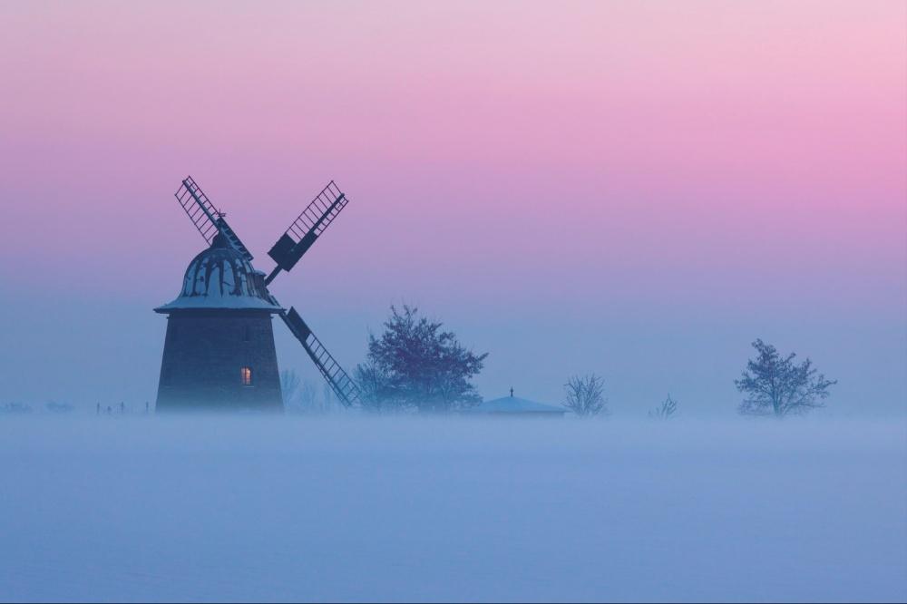 Làng Wengelsdorf với những cối xay gió xưa cũ mở ảo trong sương ở Đức