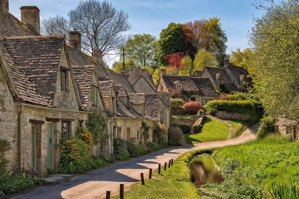 Khi đến với làng Bibury ở Vương quốc Anh bạn sẽ có cảm giác đây chính là nơi ra đời của những câu chuyện cổ tích từng ôm ấp suốt tuổi thơ của mình