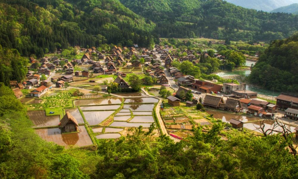Làng Shirakawa-go ở Nhật Bản lại mang nét quyến rũ của kiến trúc truyền thống kết hợp với cảnh quan thiên nhiên tuyệt đẹp