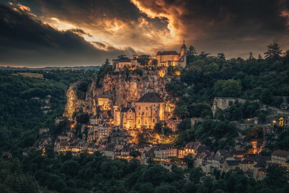 Bạn có thấy khung cảnh này giống với những bộ phim cổ trang châu Âu? Đây là ngôi làng Rocamadour ở Pháp thời hiện đại