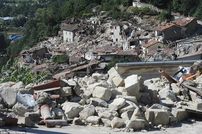 Khoảnh khắc thiêng liêng chị gái 8 tuổi hy sinh thân mình che chở cho em gái trong đống đổ nát động đất - Ảnh 4.