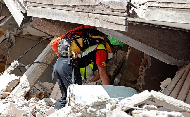 Khoảnh khắc thiêng liêng chị gái 8 tuổi hy sinh thân mình che chở cho em gái trong đống đổ nát động đất - Ảnh 3.