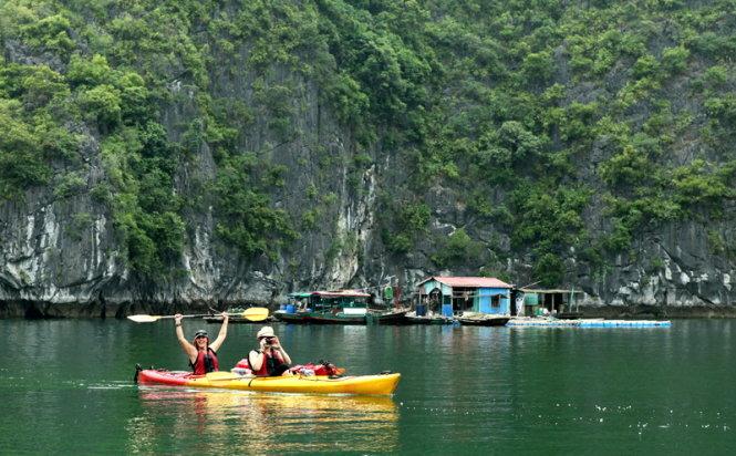 Chèo thuyền Kayak trên vịnh Lan Hạ