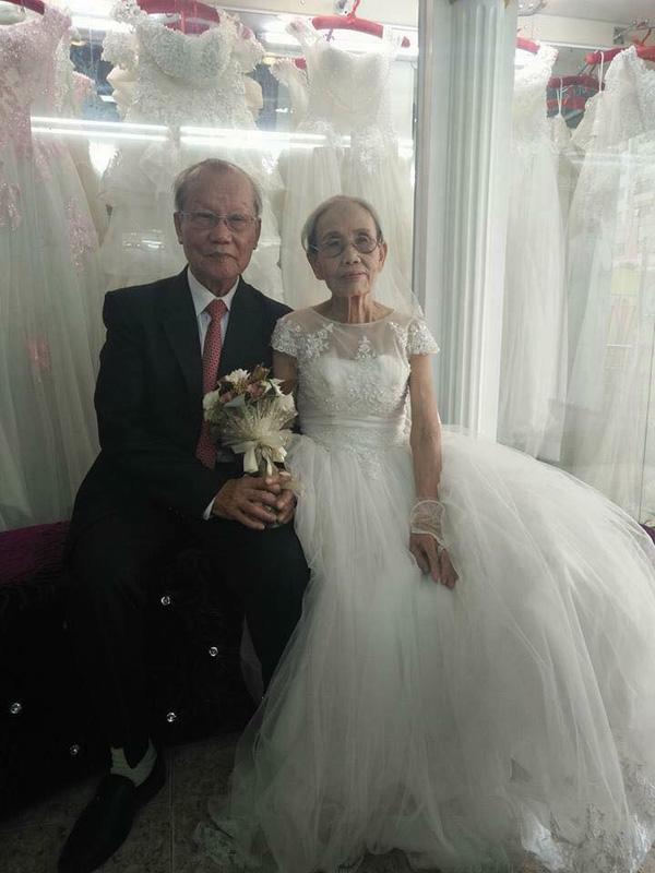 đôi vợ chồng già mặc đồ cưới chụp ảnh cùng nhau