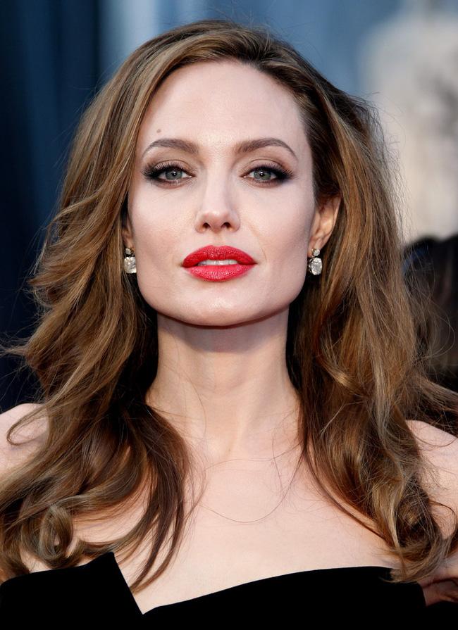 Angelina Jolie ngoại tình với đại gia có vợ trước khi ly hôn với Brad Pitt? - Ảnh 1.