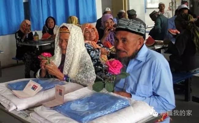 Đám cưới hạnh phúc của cặp đôi chồng 71, còn vợ 114 tuổi quen nhau trong viện dưỡng lão - Ảnh 1.