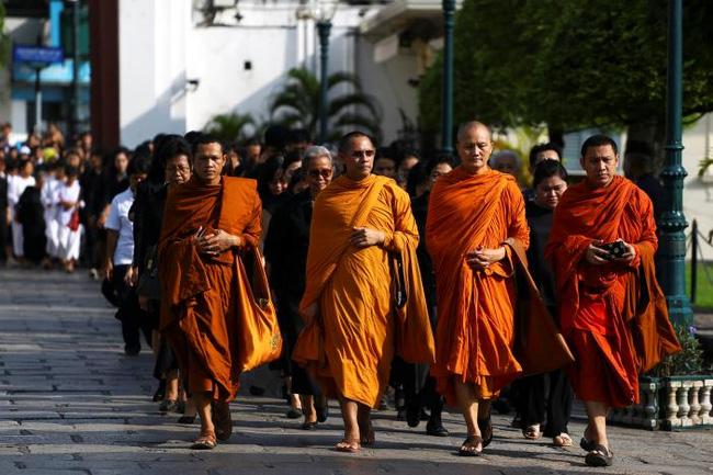 Sáng đầu tiên không có Vua Bhumibol, người dân Thái Lan chết lặng trong niềm đau và nước mắt - Ảnh 3.