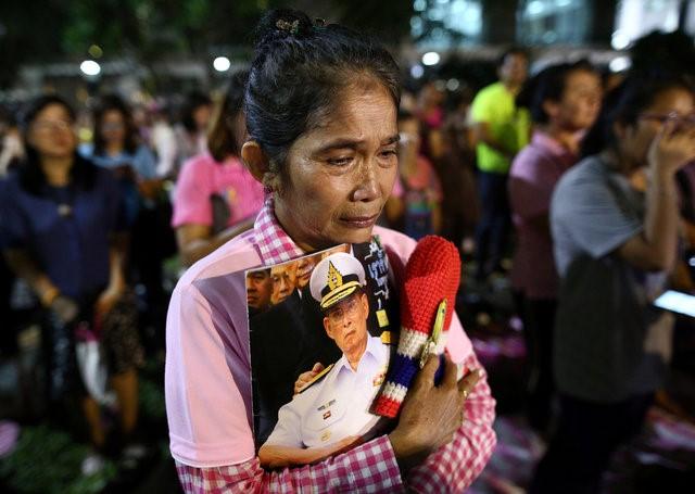 Thái Lan sẽ để tang quốc vương trong một năm - Ảnh 11.