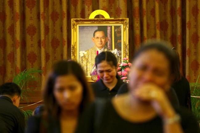 Sáng đầu tiên không có Vua Bhumibol, người dân Thái Lan chết lặng trong niềm đau và nước mắt - Ảnh 10.