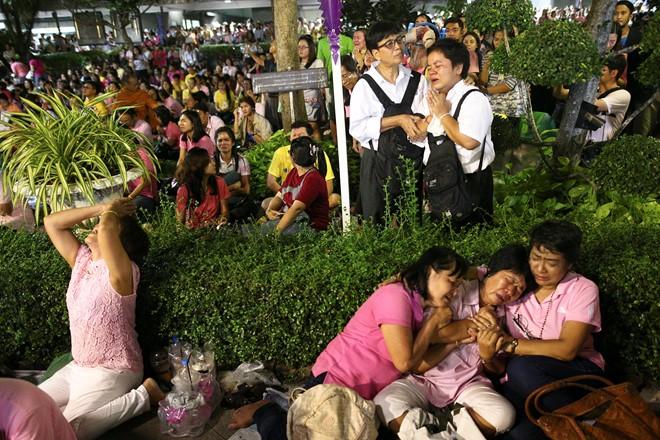 Thái Lan sẽ để tang quốc vương trong một năm - Ảnh 1.