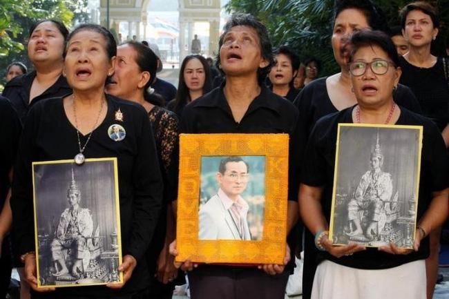 Sáng đầu tiên không có Vua Bhumibol, người dân Thái Lan chết lặng trong niềm đau và nước mắt - Ảnh 15.