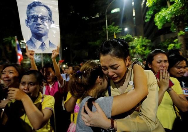 Thái Lan sẽ để tang quốc vương trong một năm - Ảnh 2.