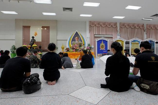 Sáng đầu tiên không có Vua Bhumibol, người dân Thái Lan chết lặng trong niềm đau và nước mắt - Ảnh 9.