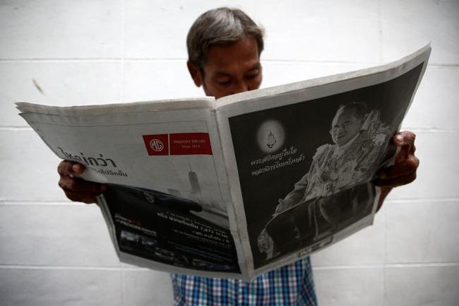 Sáng đầu tiên không có Vua Bhumibol, người dân Thái Lan chết lặng trong niềm đau và nước mắt - Ảnh 13.