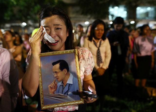 Thái Lan sẽ để tang quốc vương trong một năm - Ảnh 10.