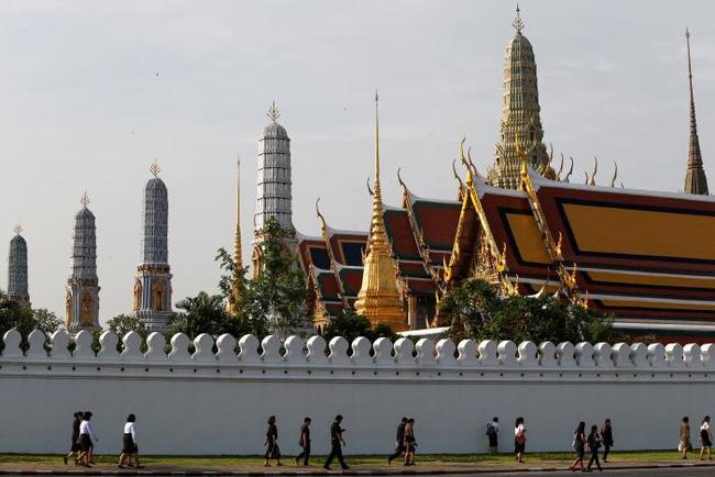 Sáng đầu tiên không có Vua Bhumibol, người dân Thái Lan chết lặng trong niềm đau và nước mắt - Ảnh 4.
