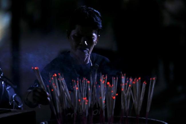 Sáng đầu tiên không có Vua Bhumibol, người dân Thái Lan chết lặng trong niềm đau và nước mắt - Ảnh 11.