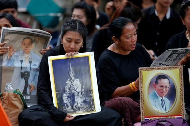 Sáng đầu tiên không có Vua Bhumibol, người dân Thái Lan chết lặng trong niềm đau và nước mắt - Ảnh 1.