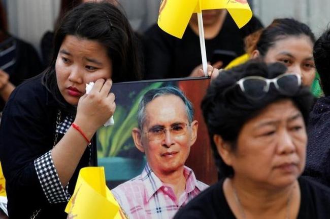 Sáng đầu tiên không có Vua Bhumibol, người dân Thái Lan chết lặng trong niềm đau và nước mắt - Ảnh 14.