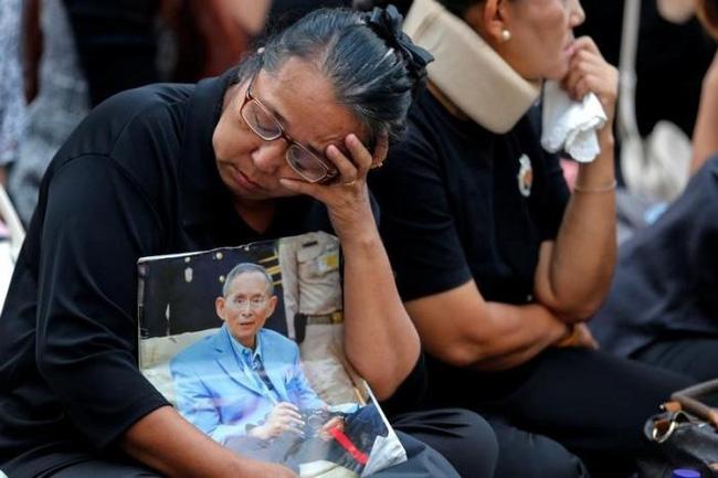 Sáng đầu tiên không có Vua Bhumibol, người dân Thái Lan chết lặng trong niềm đau và nước mắt - Ảnh 8.