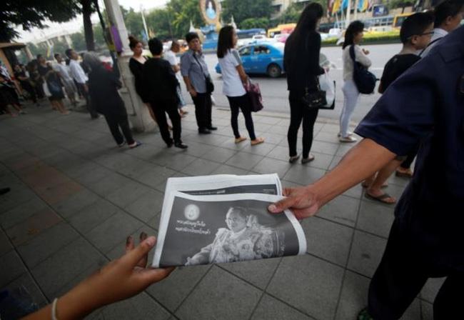 Sáng đầu tiên không có Vua Bhumibol, người dân Thái Lan chết lặng trong niềm đau và nước mắt - Ảnh 5.