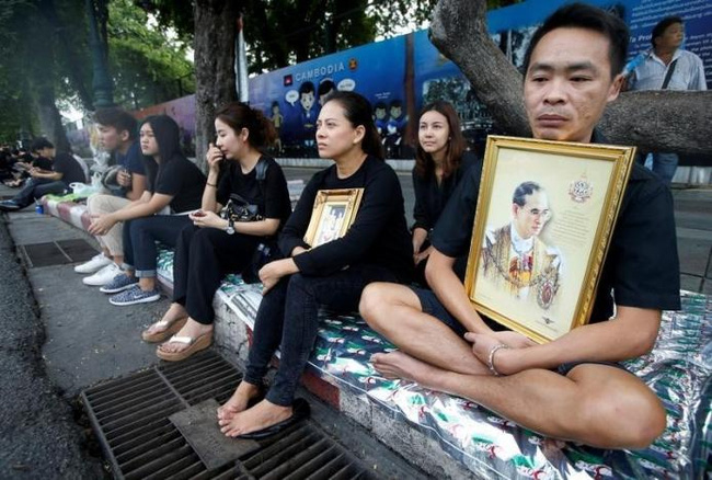 Sáng đầu tiên không có Vua Bhumibol, người dân Thái Lan chết lặng trong niềm đau và nước mắt - Ảnh 6.