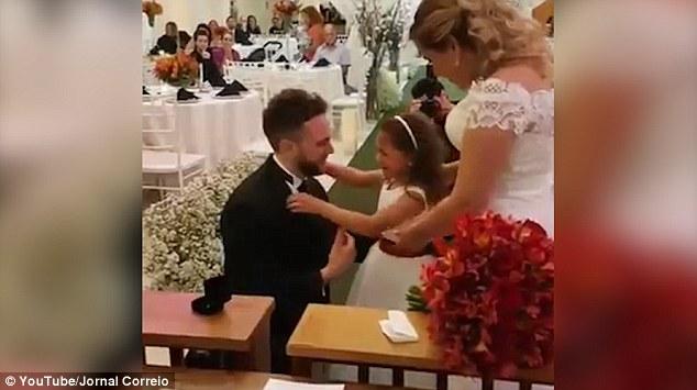 Lễ cưới đặc biệt: Chú rể không chỉ trao nhẫn cho một mình cô dâu, lý do sau đó sẽ khiến bạn cảm động - Ảnh 4.
