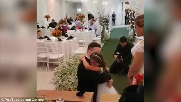 Lễ cưới đặc biệt: Chú rể không chỉ trao nhẫn cho một mình cô dâu, lý do sau đó sẽ khiến bạn cảm động - Ảnh 5.