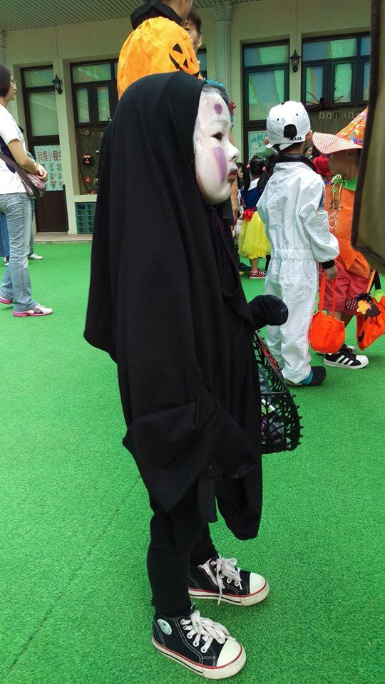 Mặc cho bạn bè bị doạ đến khóc, cô nhóc này vẫn vui vẻ tới trường với màn hoá trang Vô Diện