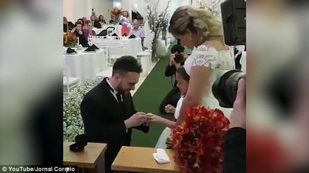 Lễ cưới đặc biệt: Chú rể không chỉ trao nhẫn cho một mình cô dâu, lý do sau đó sẽ khiến bạn cảm động - Ảnh 3.