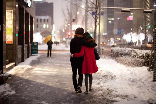 Gió lạnh về rồi, em muốn được anh ôm trọn vào lòng có được không?