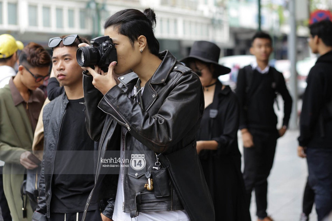 """Street style ngày 2 Vietnam International Fashion Week: Giới trẻ Hà Nội bắt đầu """"bung lụa"""" hơn ngày đầu"""