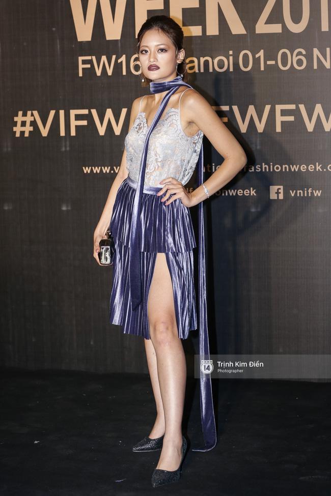 Và đây là 10 bộ cánh ấn tượng nhất trên thảm đỏ Vietnam International Fashion Week! - Ảnh 9.