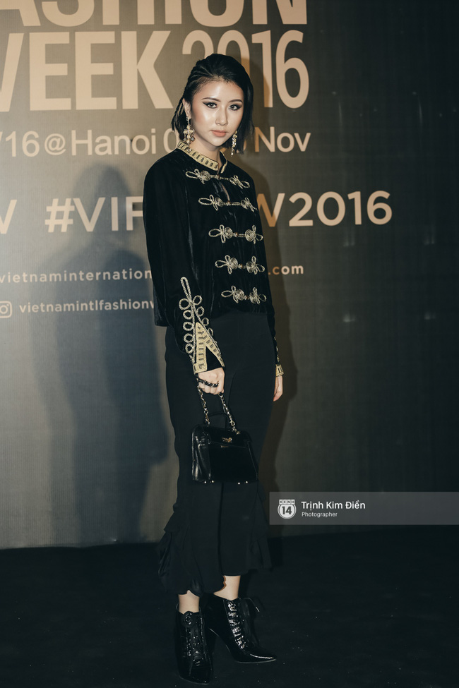 Và đây là 10 bộ cánh ấn tượng nhất trên thảm đỏ Vietnam International Fashion Week! - Ảnh 7.