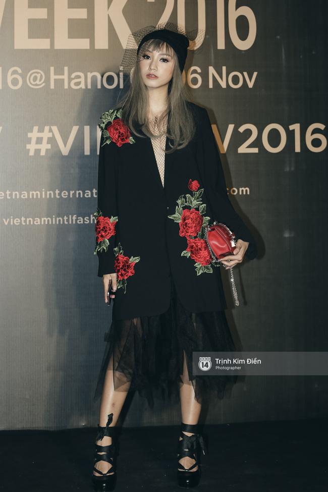 Và đây là 10 bộ cánh ấn tượng nhất trên thảm đỏ Vietnam International Fashion Week! - Ảnh 6.