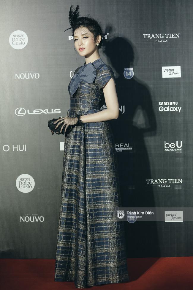 Và đây là 10 bộ cánh ấn tượng nhất trên thảm đỏ Vietnam International Fashion Week! - Ảnh 3.