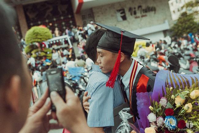 Bức ảnh cảm động: Cái ôm đầy tình cảm trong lễ tốt nghiệp và chiếc điện thoại của cha - Ảnh 3.