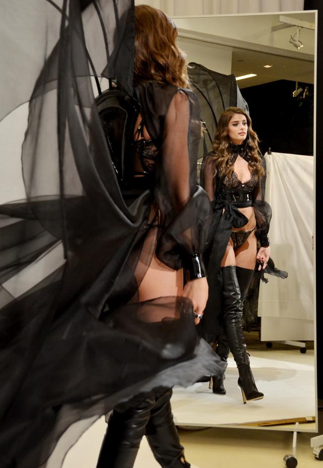 Đột nhập buổi thử đồ của dàn thiên thần ngắm hàng loạt thiết kế mới toanh sẽ xuất hiện trong Victorias Secret Show 2016 - Ảnh 6.