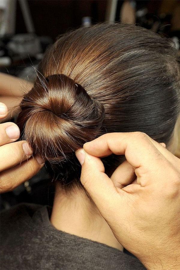 8 biến tấu từ kiểu tóc búi thấp vừa đơn giản lại vừa hợp trang phục mùa đông