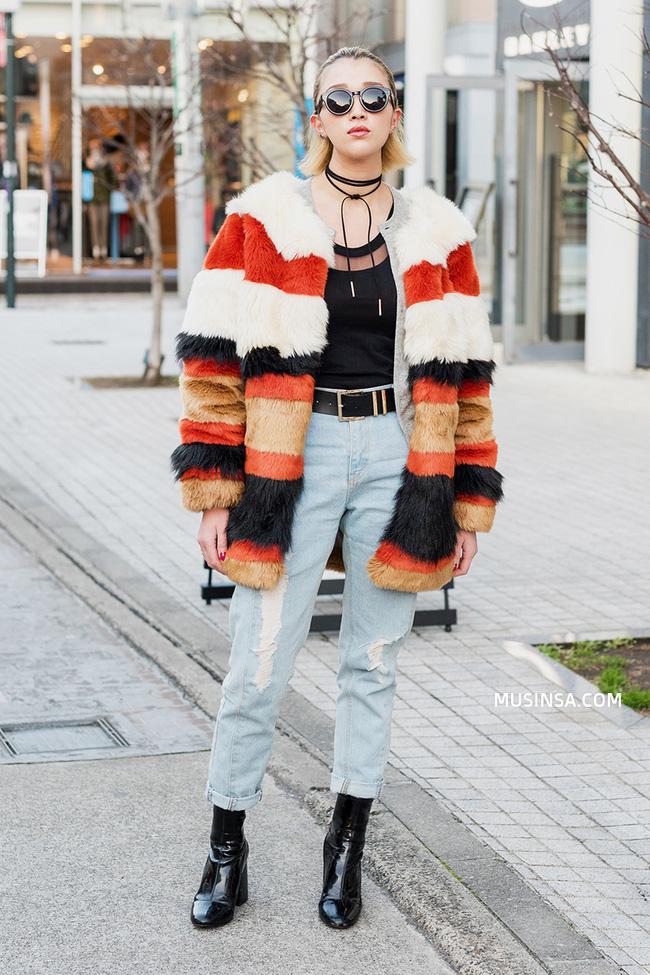 Với toàn những item quen thuộc, giới trẻ thế giới vẫn hô biến nên những set đồ trendy như thế này - Ảnh 2.